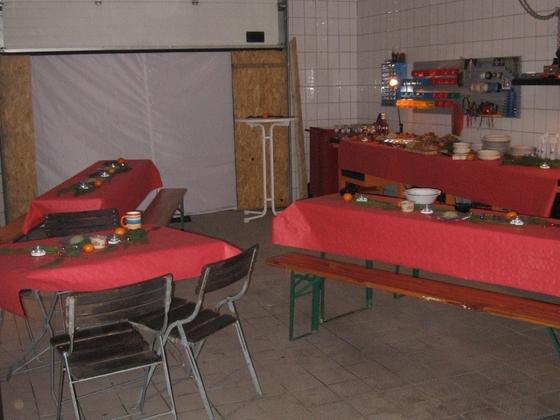 Reich gedeckte Tische in passendem Ambiente.